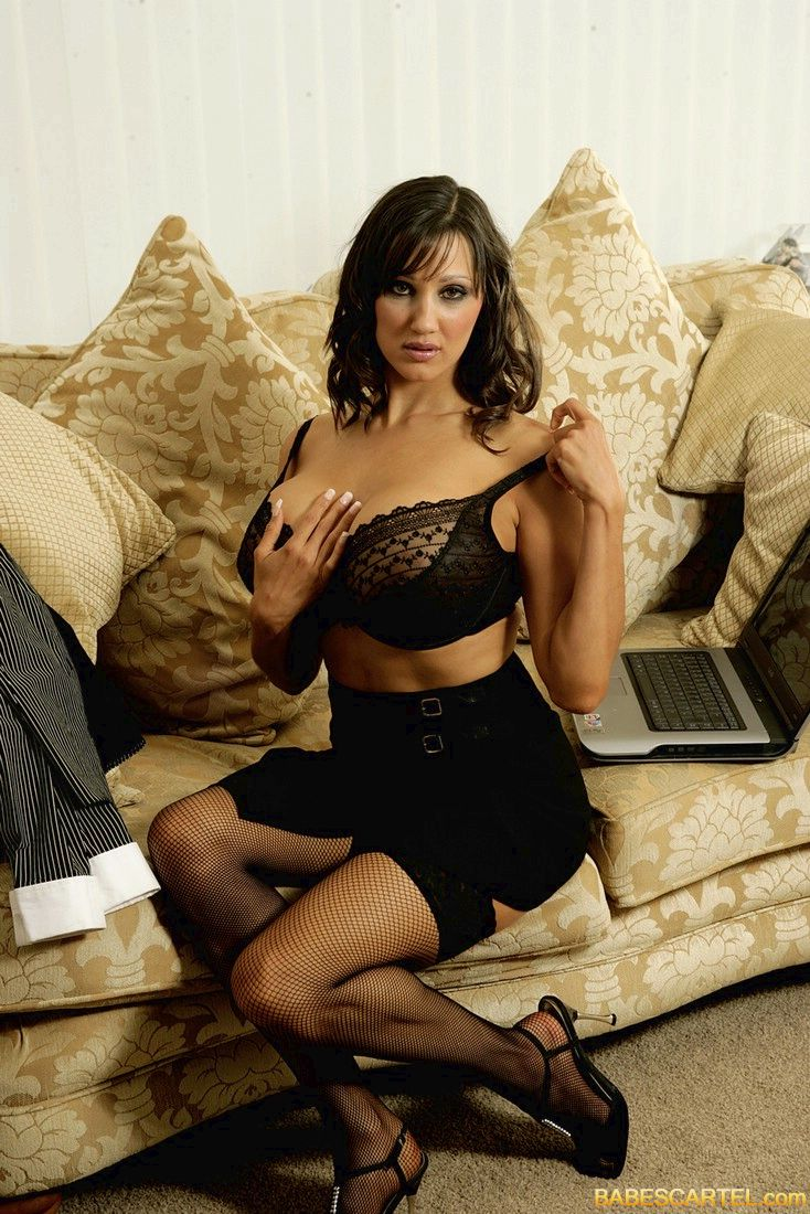 Пышногрудая секретарша пазирует порно 7 фотография